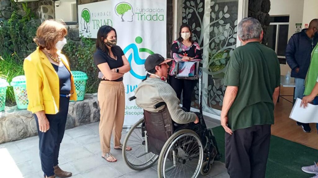 Übergabe von Nahrungsmitteln an die Fundación Triada. (v.l.n.r.) Beatriz Schlenker, Maria Isabel Ortiz, Cristian, Nadine Witt.