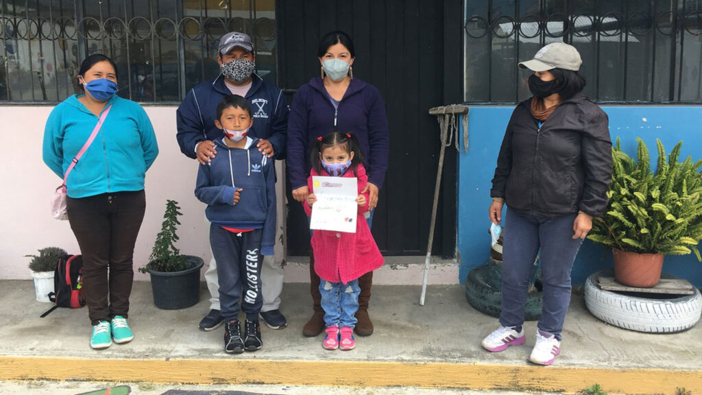 Die Eltern von Marcela und Dylan (zwei unserer sechs Stipendiaten) mit ihren Kindern. Rechts die Schulleiterin Mónica Vaca. Foto © Benita Schauer