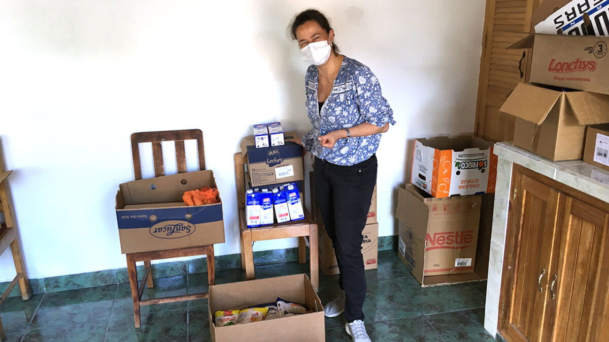 Mit Spenden werden beispielsweise Lebensmittelkisten gepackt. Hier zu sehen ist Anke Naumann.