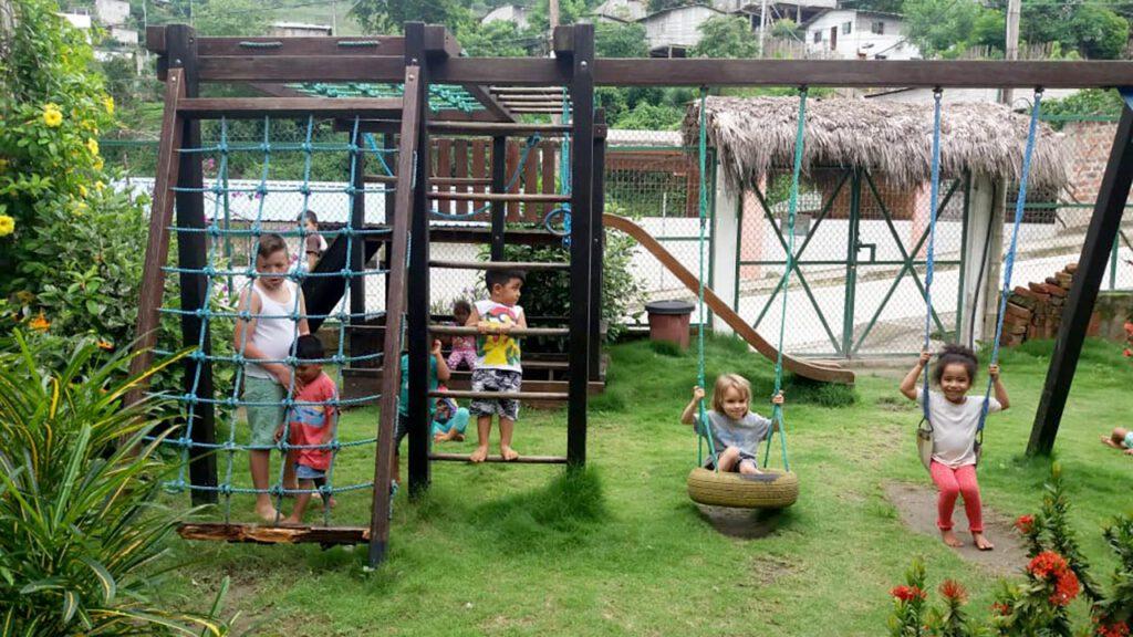 Auf dem Außengelände im Kinderhort haben die Kinder viel Spaß. Foto © Carola Knäulein