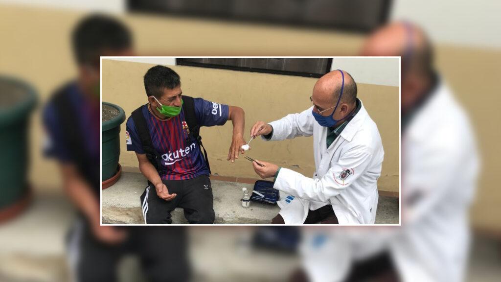 Dr. Nelson Carillo behandelt Patienten, wo es geht – wie hier im Hof. Foto © Pfarrer Manuel Proaño