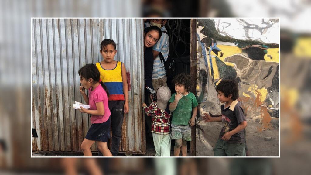Keine Schulspeisung, kaum Einkommen: Ein Vater mit seinen sechs Kindern im Örtchen Lumbisi bei Quito. Ihnen konnten wir ein wenig helfen. Foto © Cecilia Vega